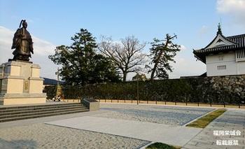 鍋島直正公立像 側面.jpg